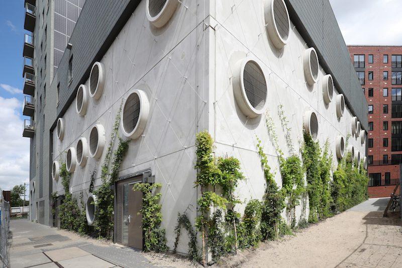 Amstelkwartier groene gevel diagonale spankabels Carl Stahl